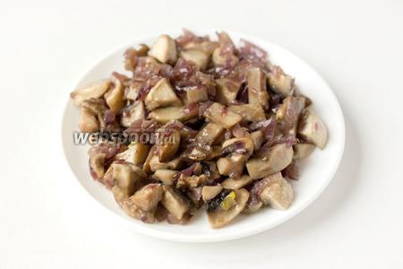 Обжариваем шампиньоны с луком на раскалённой сковороде с добавлением небольшого количества подсолнечного рафинированного масла до готовности грибов и мягкости лука, слегка посолив их в процессе обжаривания. Выкладываем на тарелку, стараясь оставить масло в сковороде, чтобы грибы с луком остывали.