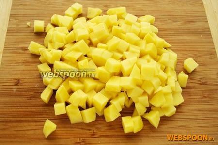Пока варятся грибы (20 минут), приготовим остальные ингредиенты. Картофель порезать кубиками или брусочками — его следует положить в суп через 15 минут после закипания грибов.