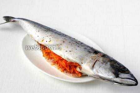 Нафаршировать скумбрию смесью лука и моркови.