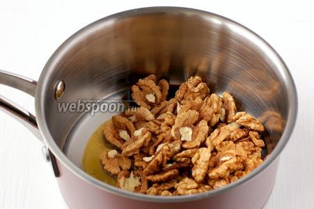 Добавить грецкие орехи. Желательно, чтобы орехи были целыми половинками.