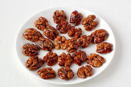 Готовые орехи можно использовать как самостоятельный десерт или украшать ими кондитерские изделия.