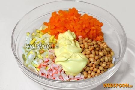 Смешать в общей посуде нарезанные ингредиенты, а также фасоль, с которой предварительно слита жидкость. Заправить майонезом и перемешать.