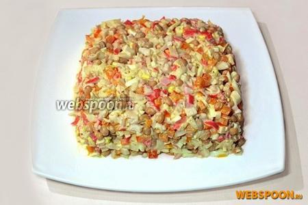 Выложить салат на плоское блюдо, придав прямоугольную форму.