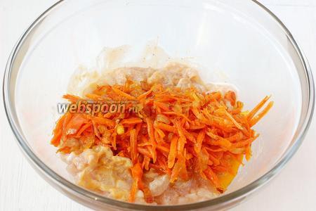 Добавить луково-морковную смесь в фарш.