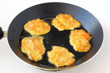 Набирать котлетную массу столовой ложкой и обжаривать на сковороде с растительным маслом с обеих сторон.