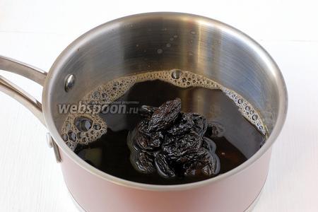 Соединить крепкий кофе с черносливом.