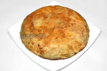 Готовый пирог выложить на блюдо, разрезать секторами, подать горячим со свежими овощами и зеленью или салатом из овощей.