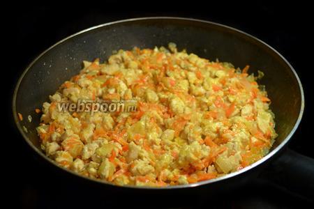 Для первой начинки разделать куриную грудку, мелко порезать и потушить в сковороде с мелко нарезанным луком и натёртой на крупной тёрке морковкой. Довести до готовности (начинка не должна быть сухой) и остудить.