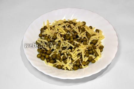 Для третьей начинки натертый сыр смешать с консервированным зелёным горошком.