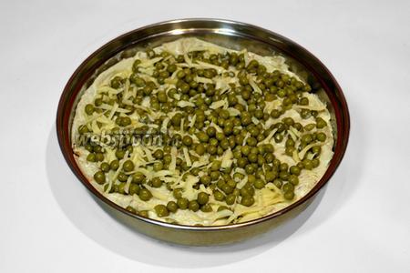 Третью начинку из горошка и сыра распределить по лавашу.