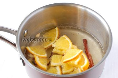 Апельсин помыть, порезать кусочками и добавить к специям.