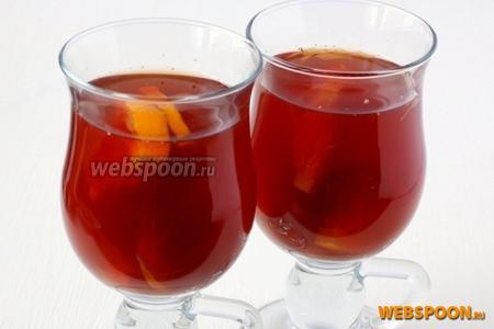 Налить глинтвейн в специальные бокалы из толстого стекла с большой ручкой, добавить несколько кусочков апельсина и сразу подавать.
