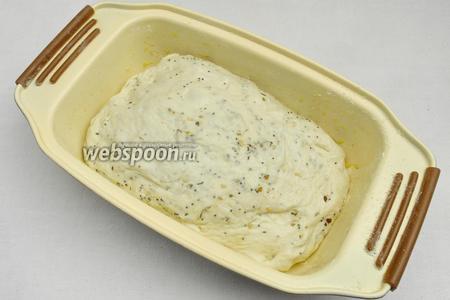 Поместить тесто в подготовленную форму (смазанную оливковым маслом и посыпанную кукурузной мукой). Накрыть салфеткой и оставить подойти на 20-30 минут. В подошедшем хлебе сделать надрезы. Духовку нагреть до 200 °С.