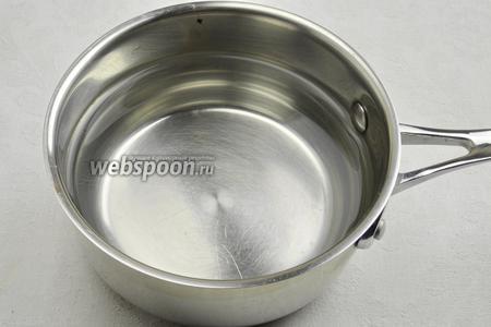 Заранее подготовить рассол: вскипятить 1 литр воды, добавить 1 столовую ложку соли и 1 десертную ложку сахара. Размешать. Несколько минут дать покипеть. Процедить рассол через марлю. Остудить.
