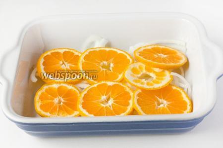 Мандарины моем, один мандарин нарезаем вместе с кожурой кольцами по возможности как можно тоньше, выкладываем на лук.