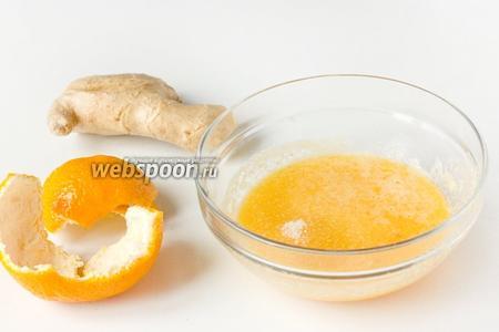 Переливаем мандариново-имбирную смесь в миску, добавляем сахар и щепотку соли.  Перемешиваем.
