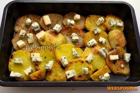 В форму для запекания выкладываем слой картофеля и солим, затем слой Горгонзолы, снова картофель и заканчиваем слоем сыра.