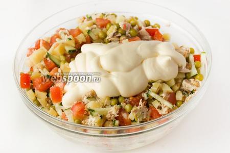 Заправляем салат майонезом.