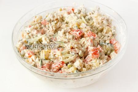 Перемешиваем и можно сразу подавать к столу! Салат долго хранить не рекомендуется, так как свежие помидоры выделяют через время сок и салат может быстро испортиться.