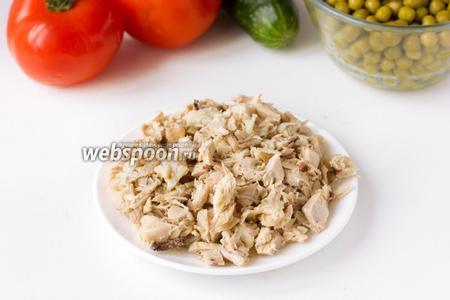 Предварительно отвариваем куриный окорочок и картофель «в мундирах». Окорочок остужаем, отделяем мясо от костей, измельчаем.