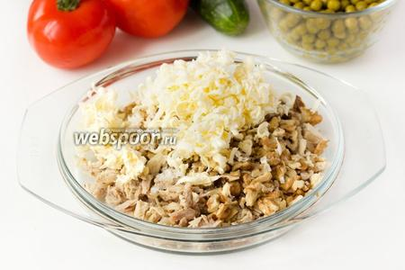 К мясу добавляем нарубленные грецкие орехи, натёртое на крупной тёрке замороженное сливочное масло, щедро солим и перчим.