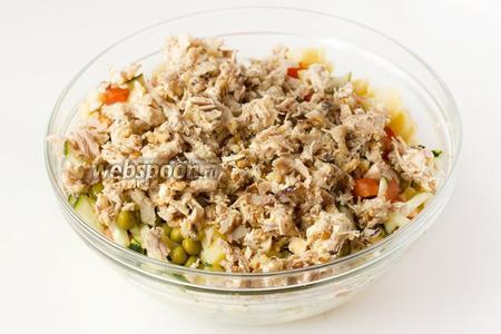 Достаём из холодильника куриное мясо с орехами и сливочным маслом, пересыпаем к овощам. Перемешиваем.