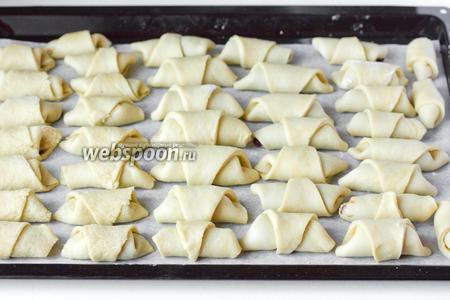 Так формируем все печенья, выкладываем на противень, выстеленный пергаментом для выпечки.