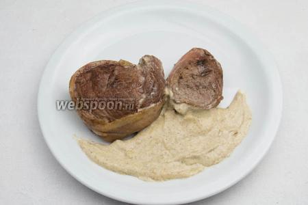 Готовые медальоны подавать с соусом к обеду или ужину, на гарнир с отварными (на пару, пюрированными) овощами.