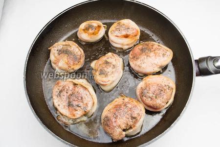Уменьшить огонь. Полить мясо коньяком и разогреть в течение 1 минуты. Медальоны вынуть и разложить на тарелке. Кулинарную нить срезать. Бекон можно снять, если он соединился с мясом — оставить.