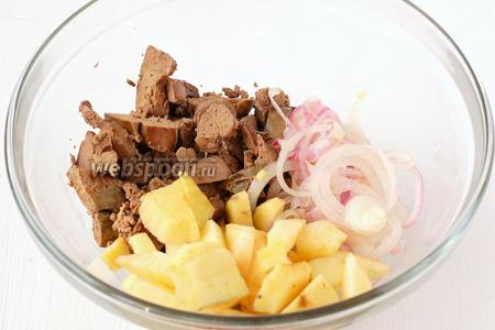 Вторую половину яблока нарезать средними кубиками. Добавить печень и отжатый лук.