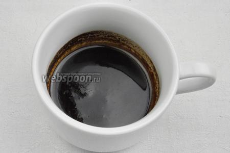 1 столовую ложку кофе (можно взять какао) заварить в 4 столовых ложках кипятка. Остудить.