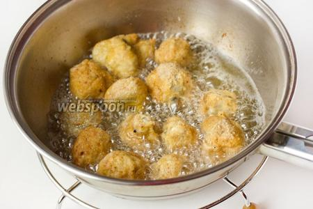 Сразу же после панировки обжариваем грибы небольшими порциями в большом количестве раскалённого подсолнечного рафинированного масла до золотистой корочки. Выкладываем на бумажное полотенце, чтобы лишнее масло впиталось.