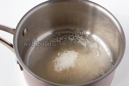 Всыпать в воду сахар и довести до кипения. Помешивать до полного растворения сахара.