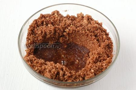 В смесь из орехов, печенья и какао вливать порциями сахарный сироп. Возможно понадобится не весь сироп! Добавлять сироп нужно  лишь до того момента, чтобы из смеси образовалось тесто.