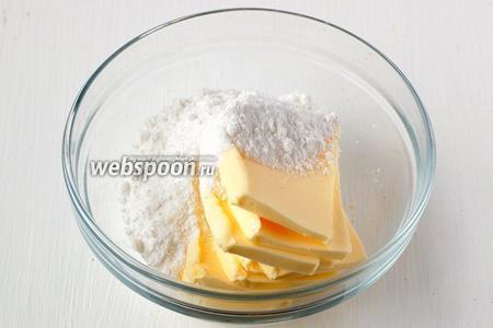Для кокосового крема взбить размягчённое масло и сахарную пудру.