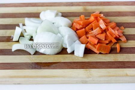 Морковь и лук чистим, нарезаем средними кусочками произвольной формы.