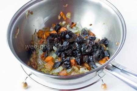 Обжариваем лук и морковь в небольшом количестве подсолнечного рафинированного масла на сковороде. Добавляем нарезанный чернослив. Перемешиваем всё и немного обжариваем на медленном огне.