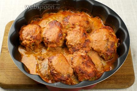 Запекать в разогретой до 180 °С духовке 45-55 минут. Подавать ленивые голубцы горячими.