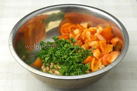 В глубокой миске смешайте консервированную фасоль (предварительно слейте жидкость), помидоры и петрушку. Полейте заправкой и хорошенько перемешайте салат.