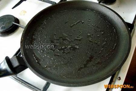 Блинницу предварительно накалить, затем смазать растительным маслом при помощи кулинарной кисти.