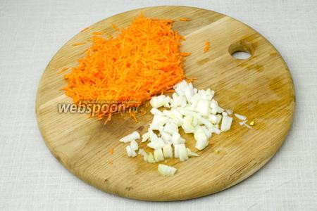 Мелко нарезать лук, вторую половину моркови натереть на мелкую тёрку.