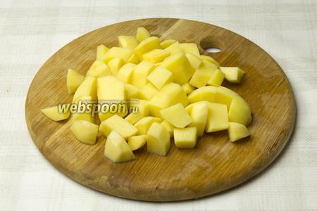Картофель очистить, нарезать небольшими кубиками и добавить в бульон. Варить ещё 20 минут.