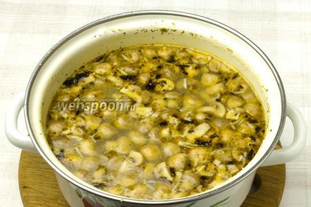 Затем суп снять с огня и выдавить зубчик чеснока.