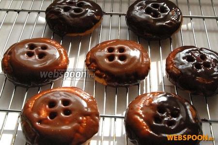 Теперь, вооружившись чайной ложечкой, можно полить печенье получившимся жидким шоколадом.