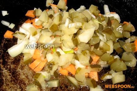 Припускаем на бульоне и жире, снятом с его поверхности, овощи для заправки.