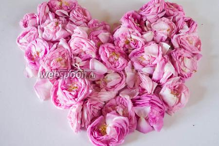 Собрать только что распустившиеся цветы чайной розы. Разложить их на столе, чтобы лепестки не примять. Приготовить сахар и пару столовых ложек свежего сока лимона.