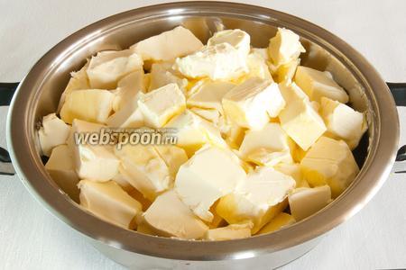 Нарежьте масло на кусочки по 50 грамм и положите в кастрюлю с толстыми стенками, накройте крышкой и оставьте на 1 час при комнатной температуре, пока масло равномерно не растает.