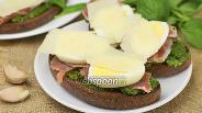 Фото рецепта Бутерброды с прошутто и соусом песто