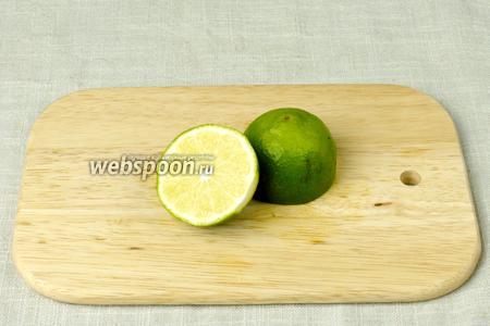 В ёмкость с ингредиентами выдавить сок лайма.