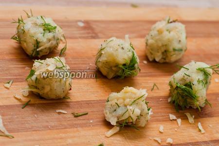 Смешиваем тертый картофель с сыром и зеленью и лепим из полученной смеси шарики.